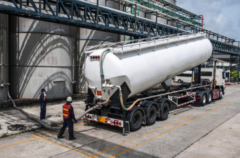 Caminhão de gasolina sendo abastecido na refinaria