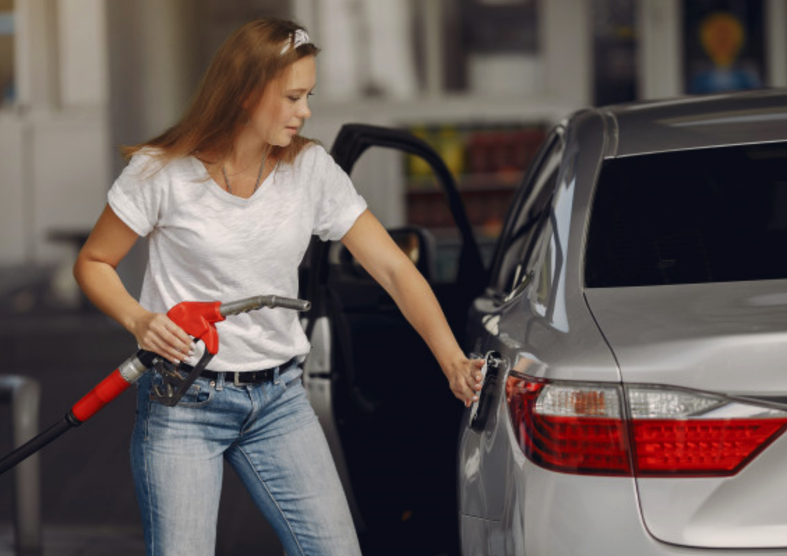 Mulher abastecendo carro