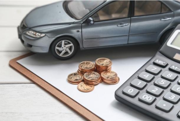 simulação de um carro com moedas e calculadora