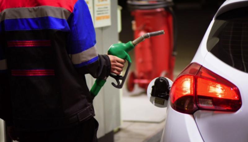 Homem abastecendo o carro no posto de gasolina