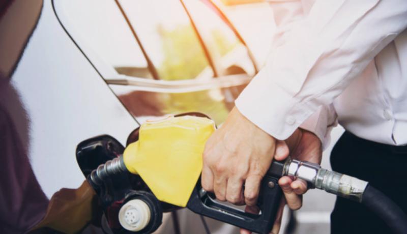 Homem abastecendo carro no posto de gasolina