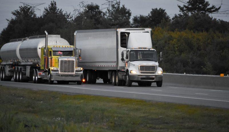 dois caminhões na estrada