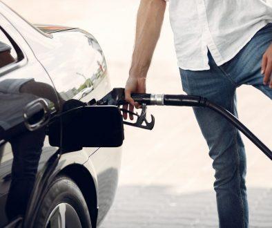 Homem abastecendo o carro com gasolina