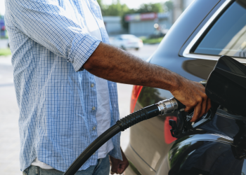 Homem abastecendo carro com gasolina